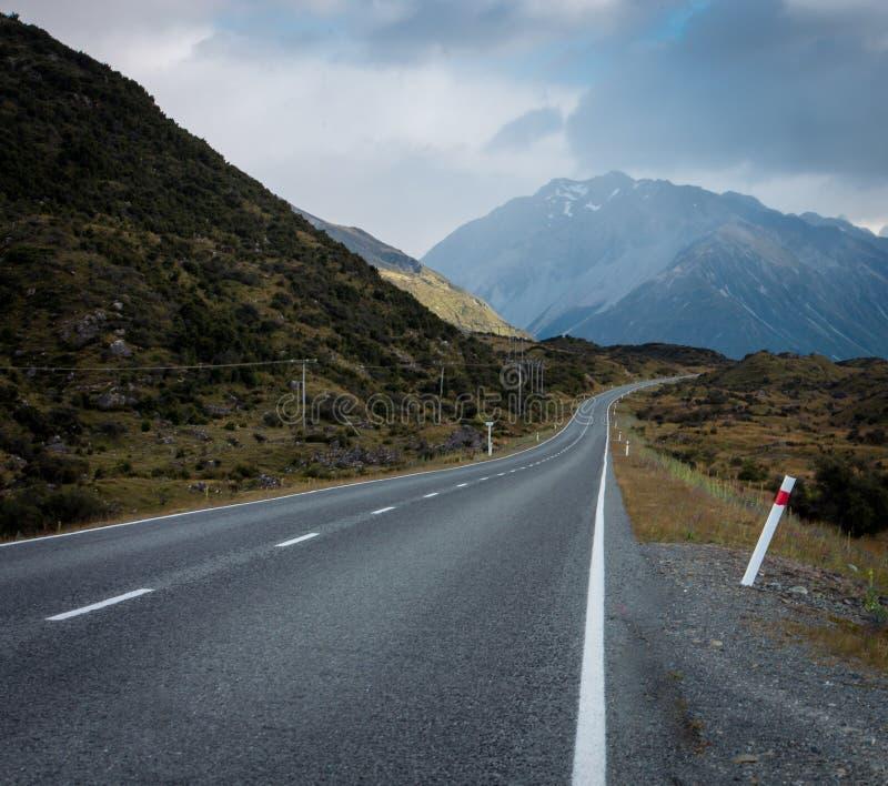 Einsame Ausdehnung der Landstraße in Neuseeland lizenzfreie stockfotografie