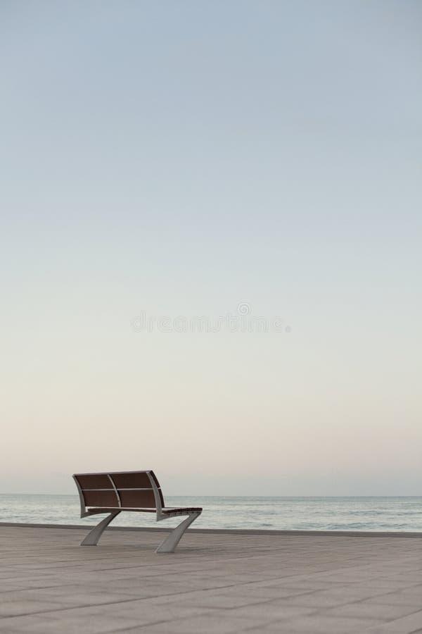 Einsame Bank durch das Meer stockbild