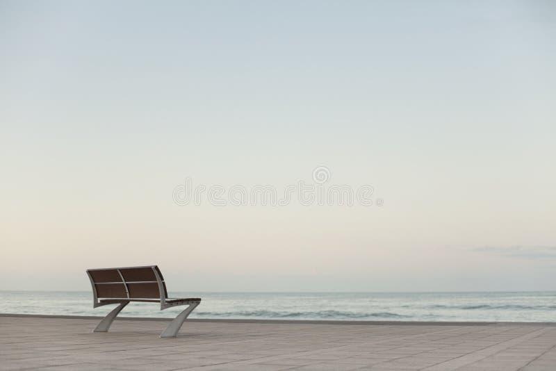 Einsame Bank durch das Meer stockfotos