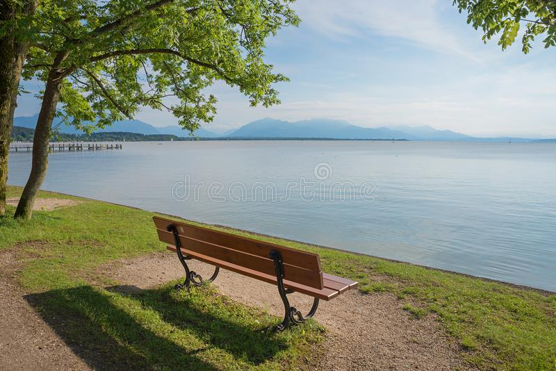 Einsame Bank am touristischen chieming Bestimmungsort, See chiemsee stockfoto