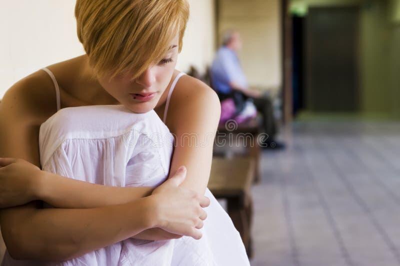 Einsame blonde Frau. stockbild