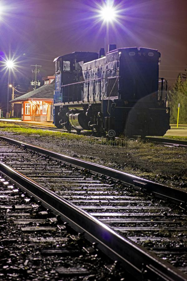 Einsame Dieselzug-Maschine auf einer regnerischen Nacht lizenzfreie stockfotografie