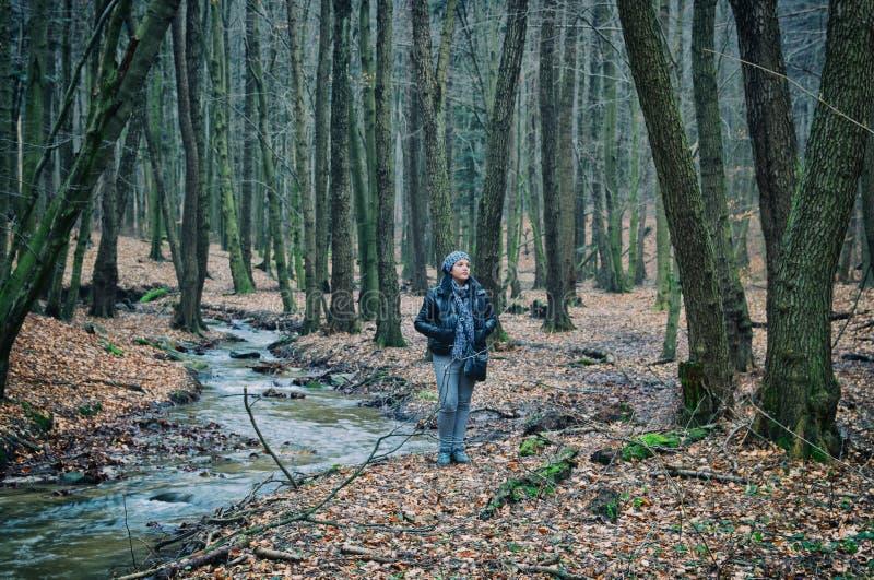 Einsame Frau, die im Wald steht stockbilder