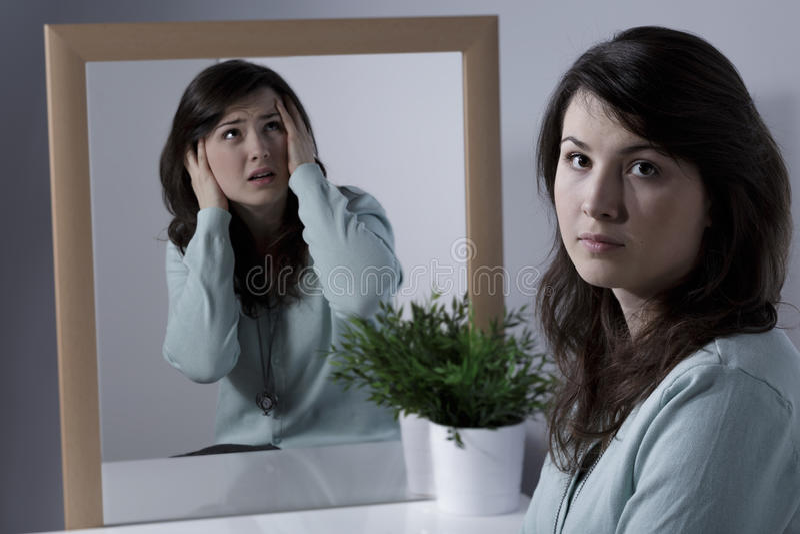 Einsame Frau, die unter Schizophrenie leidet lizenzfreie stockfotos
