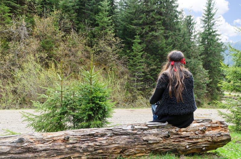 Einsame Frau neben einem Berg lizenzfreie stockbilder