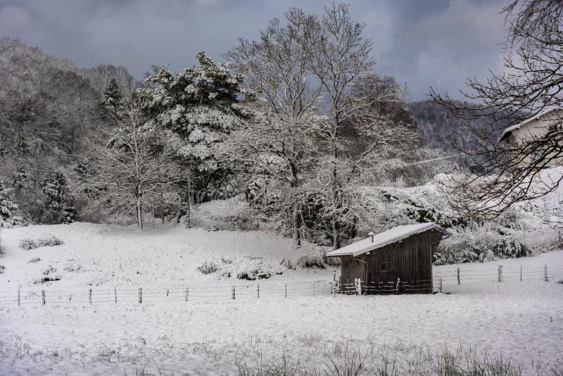 Einsame hölzerne Halle im Schnee stockfotografie