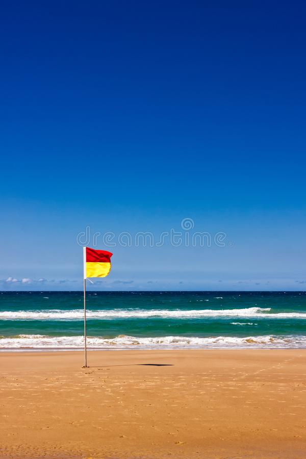 Einsame Lebensretter-Flagge auf australischem Strand stockbilder