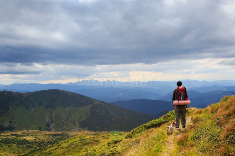 Einsame Mannrückseite der Wanderungsreise lizenzfreies stockbild