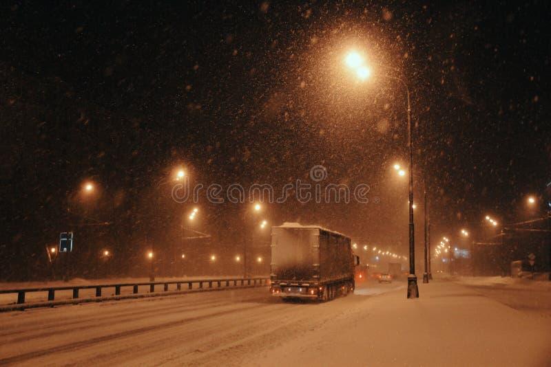 Einsame schneebedeckte Landstraße stockfotografie