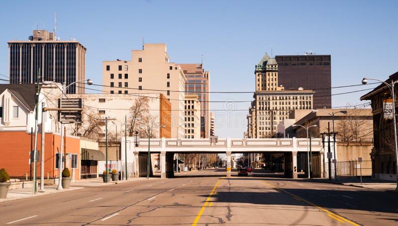 Einsame Sonntag Morgen trostlose Straßen-im Stadtzentrum gelegene Stadt-Skyline Dayton stockfotografie