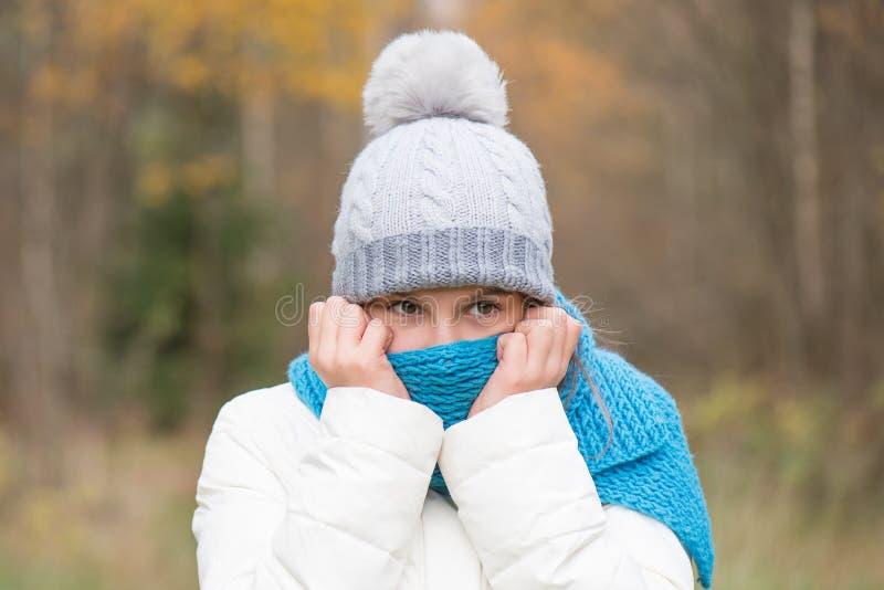 Einsame Stellung des jugendlich Mädchens im Wald oder Park, traurig stockfoto