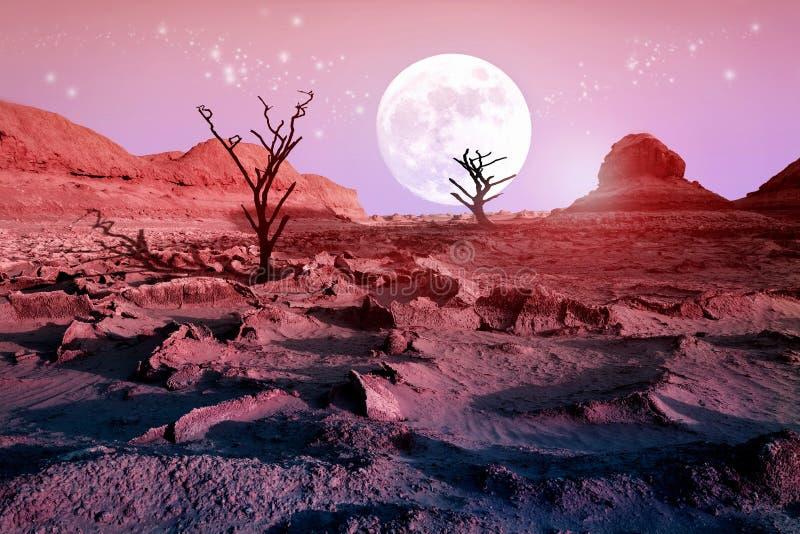 Einsame trockene Bäume in der Wüste gegen einen schönen rosa Himmel und einen Vollmond Mondschein in der Wüste Künstlerisches nat stockfoto
