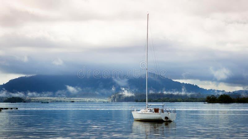 Einsame Yacht an der Dämmerung stockfotos
