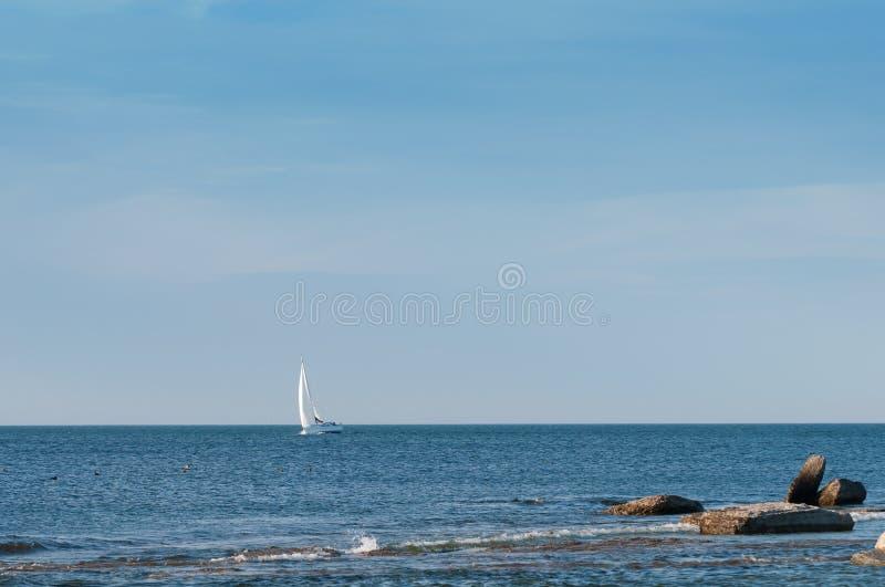 Einsame Yacht, die den Ozean segelt stockbild