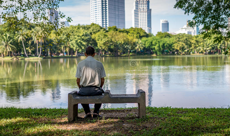 Einsamer alter Mann im Park lizenzfreie stockbilder
