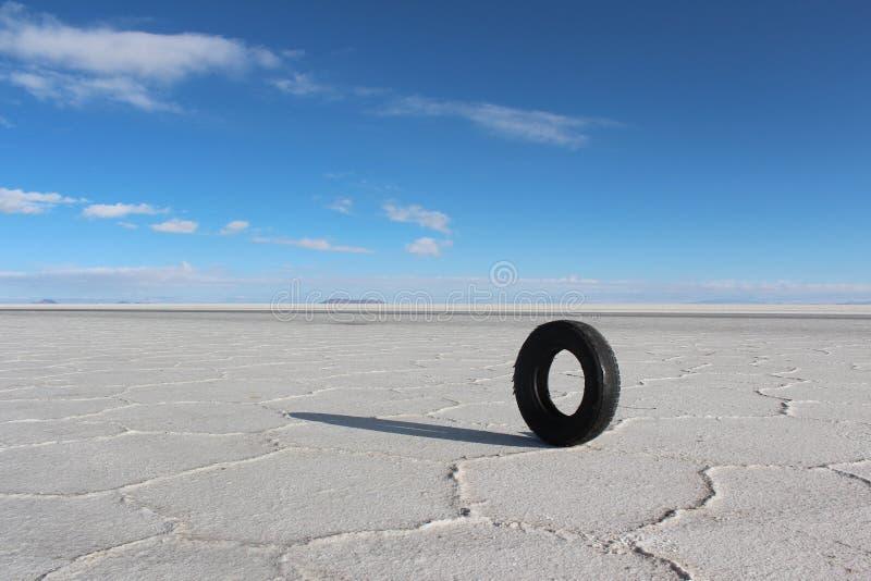 Einsamer Autoreifen in den Salzseen von Bolivien lizenzfreies stockfoto