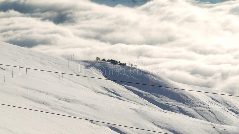 Einsamer Bauernhof in den Bergen stockfoto