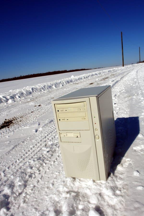 Einsamer Computer auf einem Schnee deckte Straße ab stockbilder