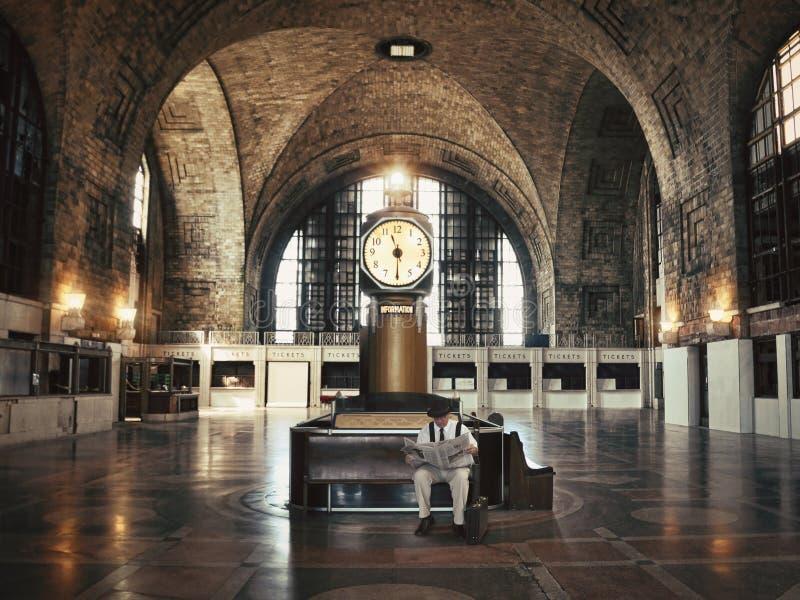 Einsamer Dienstreise-Mann in der leeren Bahnstation lizenzfreie stockbilder