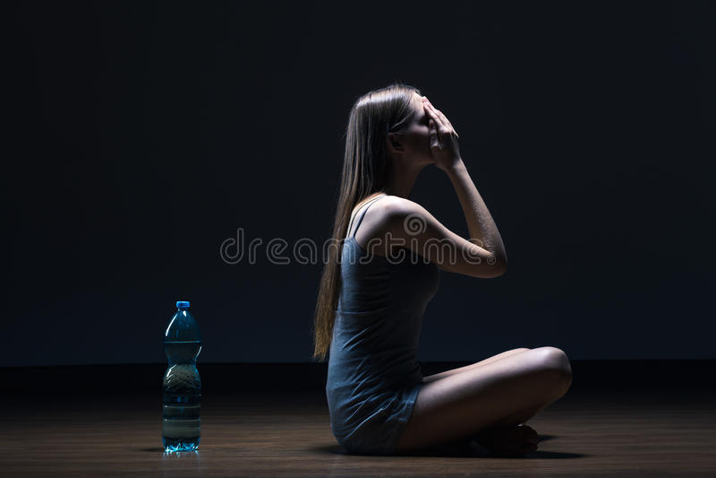 Einsamer Jugendlicher mit Essenproblem lizenzfreie stockbilder