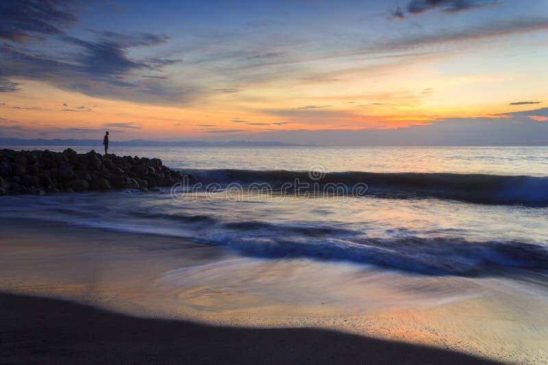 Einsamer Mann auf dem Strand stockfotografie