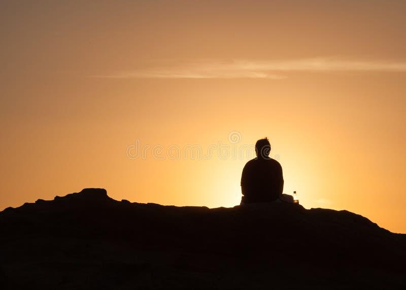Einsamer Mann bei Sonnenuntergang im Laguna Beach stockfotografie