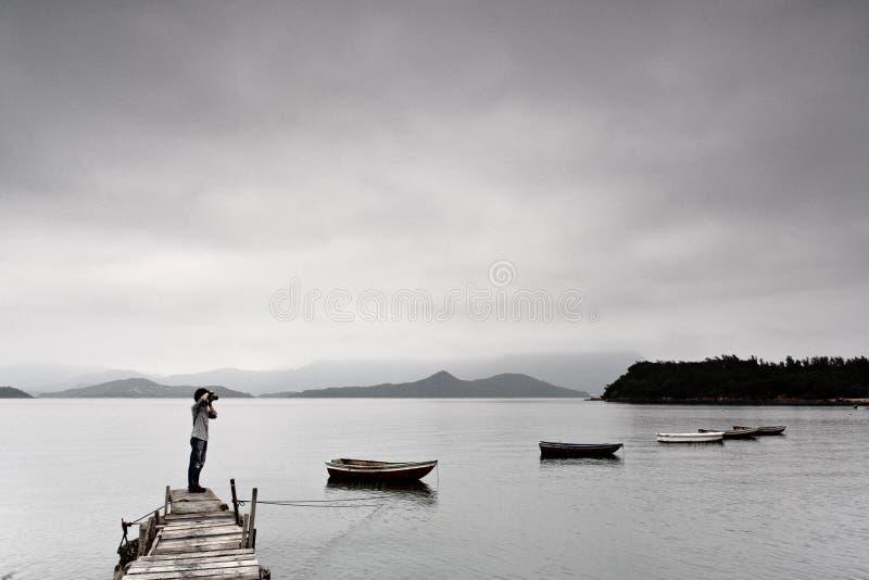 Einsamer Mann, der Foto nimmt lizenzfreie stockfotos