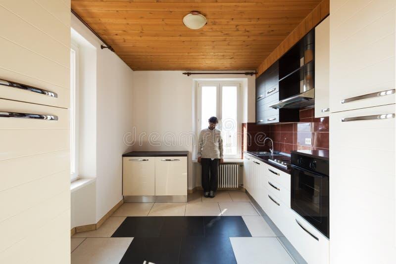 Einsamer Mann in der Küche, Frontansicht stockfoto
