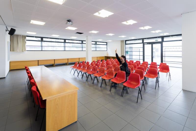 Einsamer Mann im leeren Konferenzsaal, Konzept lizenzfreie stockfotos
