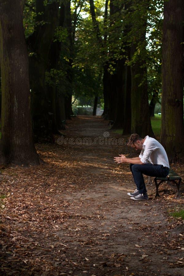 Einsamer Mann im Park lizenzfreie stockfotos