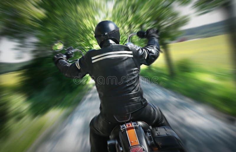 Einsamer Motorradmitfahrer stockfotografie