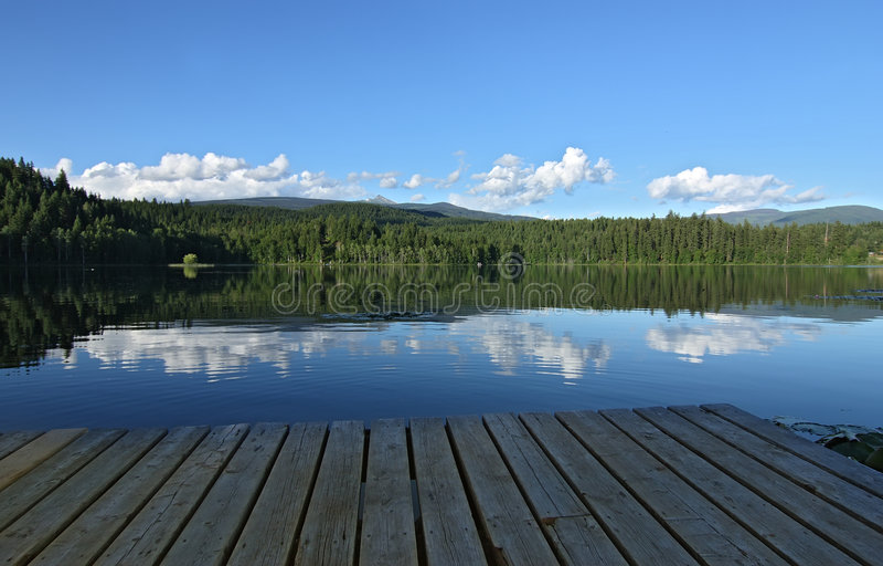 Einsamer See und Berge stockfoto