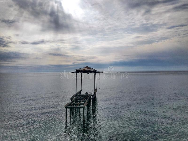Einsamer Seepier bei Sonnenuntergang lizenzfreies stockbild