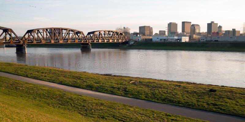 Einsamer Sonntag Morgen Msd-Fluss-im Stadtzentrum gelegene Stadt-Skyline Dayton Ohio stockfotos