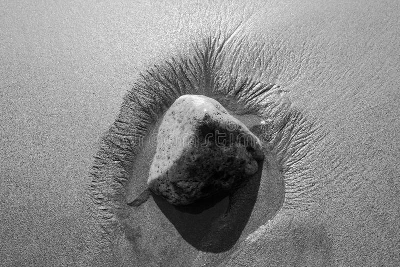 Einsamer Stein auf dem Strand lizenzfreie stockfotografie
