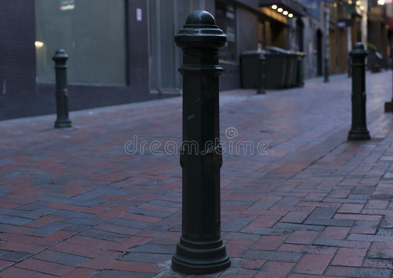 Einsamer Straßenpfosten, der schließlich etwas Liebe erhält stockfotos