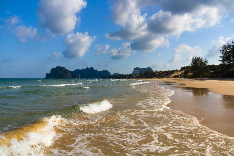 Einsamer Strand und Wolken lizenzfreies stockfoto