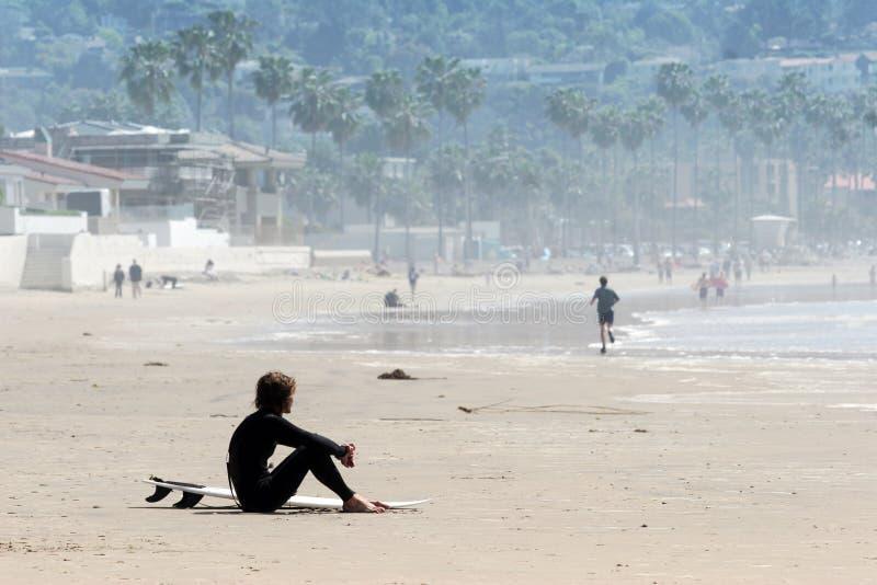 Einsamer Surfer stockbilder