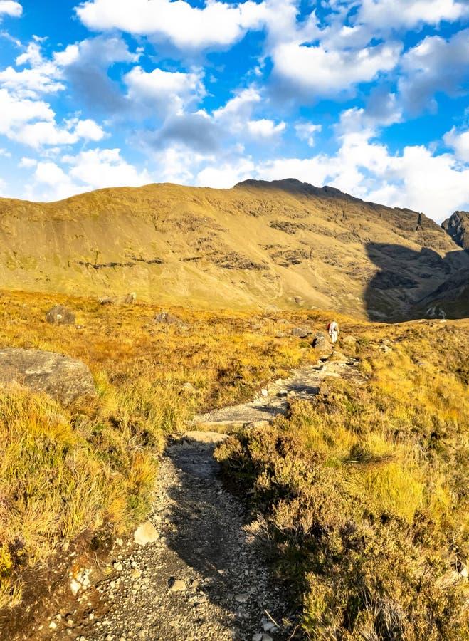 Einsamer Weg zu den feenhaften Pools vor den schwarzen Cuillin-Bergen auf der Insel von Skye - Schottland stockfoto
