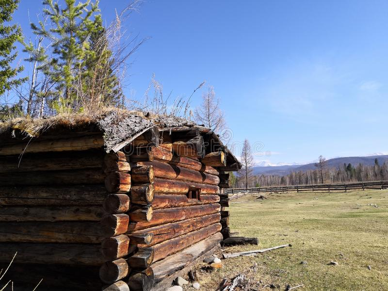 Einsames altes Holzhaus stockbild