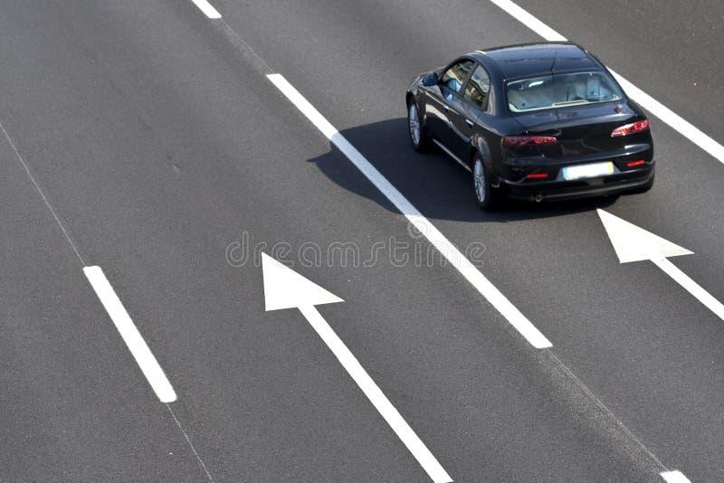 Einsames Auto in der leeren Datenbahn lizenzfreie stockfotografie