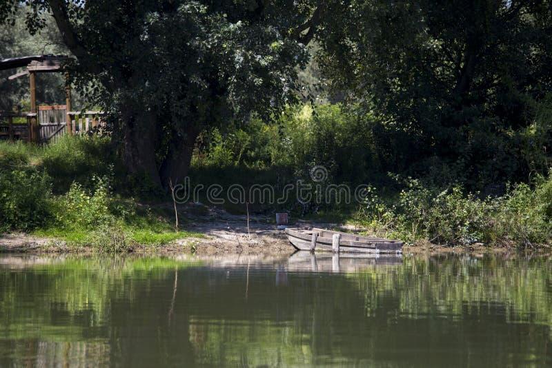 Einsames Boot auf dem Fluss stockfotos
