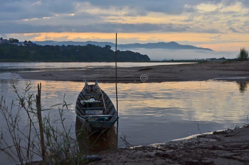 Einsames Boot im kleinen Golf des Flusses stockfotografie