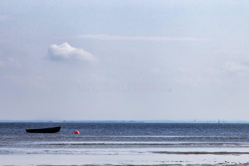 Einsames Boot machte vor der Küste an einem Sommertag fest stockfotos