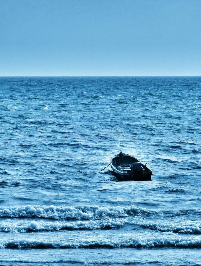 einsames Boot an Pattaya-Strand stockbild