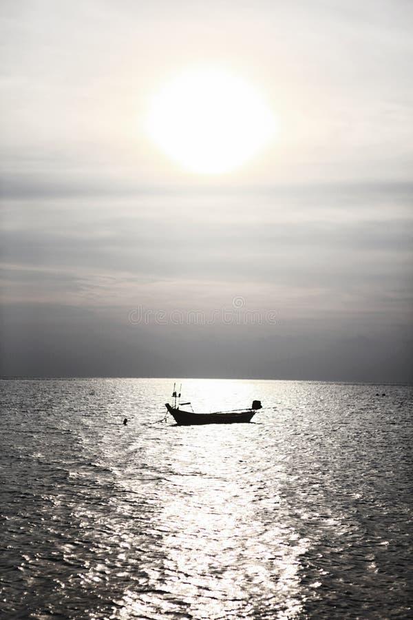 Einsames Bootsschattenbild in blauem Meer Andaman im ruhigen Wetter, Thailand lizenzfreie stockbilder