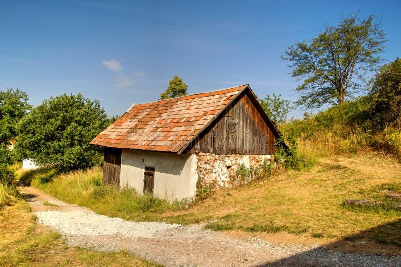 Einsames gealtertes Haus in den Bergen stockfotografie