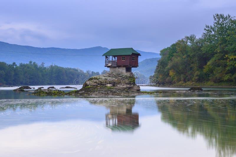 Einsames Haus auf dem Fluss Drina in Bajina Basta, Serbien lizenzfreie stockfotografie