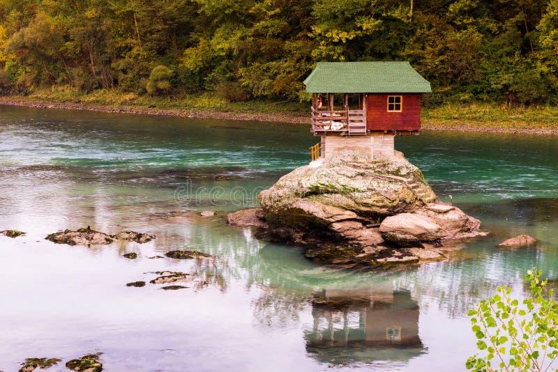 Einsames Haus auf dem Fluss Drina in Bajina Basta, Serbien lizenzfreie stockbilder