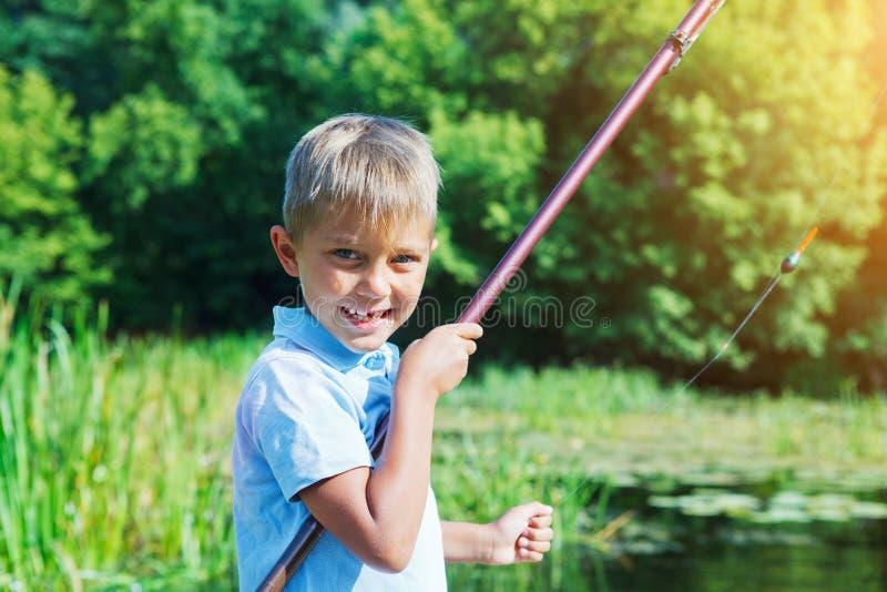 Einsames kleines Kinderfischen auf Fluss lizenzfreies stockbild